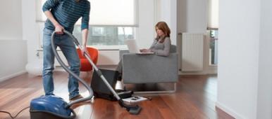 Les hommes qui font le ménage sont plus heureux